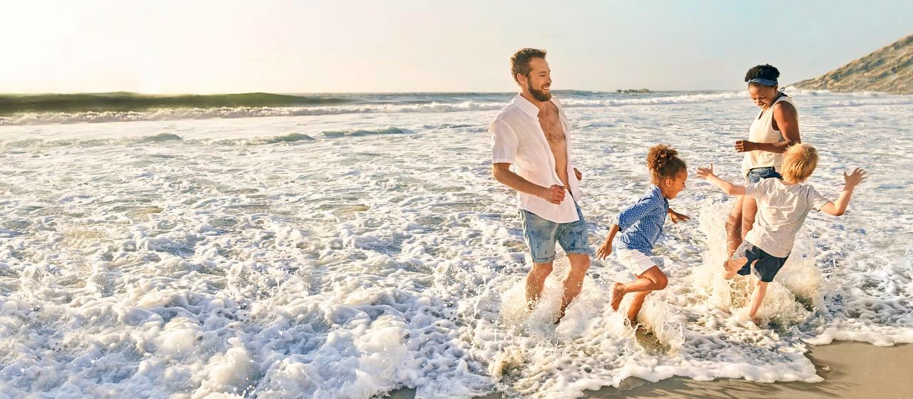 2 Menschen schauen vom Berg Sonnenaufgang an