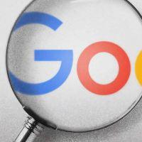 Lupe, die den Schriftzug von Google vergrößert