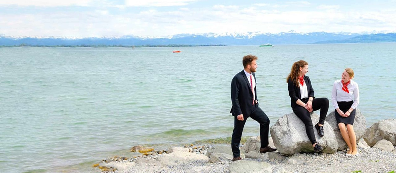 3 Auszubildende der Sparkasse Bodensee am Friedrichshafener Seeufer