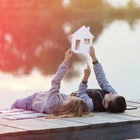 Kinder liegen auf Steg am Bodensee und träumen vom Eigenheim