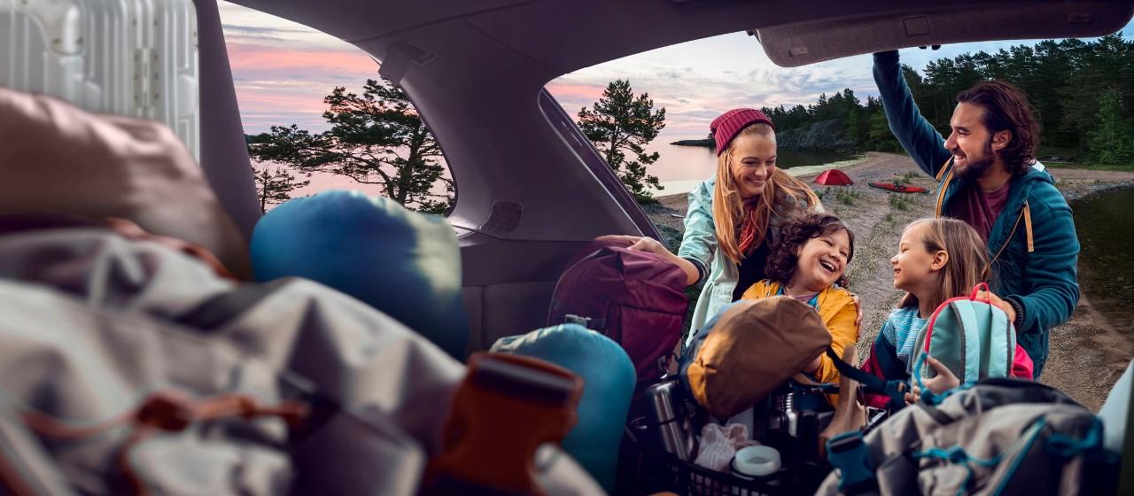 Frau mit Smartphone und Kreditkarte Gold