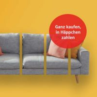 Junge Frau bezahlt online mit Ihrer Kreditkarte