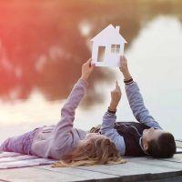 2 Kinder liegen auf einem Steg am Bodensee und träumen von ihrem neuen Eigenheim