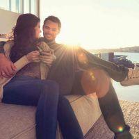 Junges Paar sitzt glücklich auf Sofa in ihrem neuen Zuhause am Bodensee
