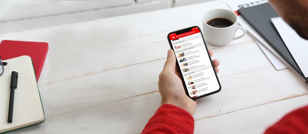 Smartphone mit S-App auf Bildschirm