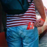 Mann zückt Sparkassen-Card Plus (Debitkarte) aus der Hosentasche