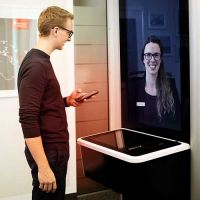 Kundin lässt sich in der liveBOX der Sparkasse Bodensee beraten