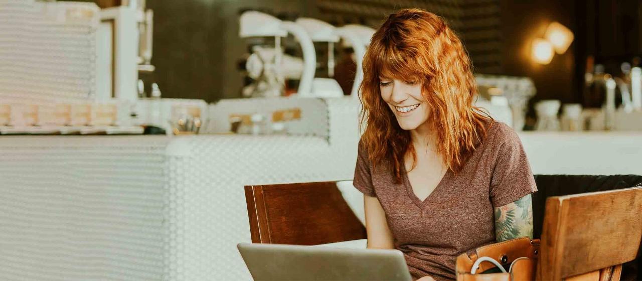 Junge Frau nutzt online den Kontowechselservice der Sparkasse Bodensee