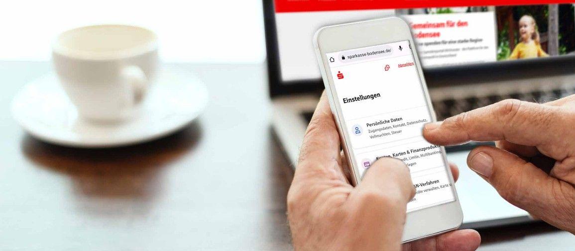 Mann bedient Sparkassen-App auf Smartphone