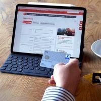 Geschäftsmann fügt Konten von anderen Banken zum Online-Banking hinzu